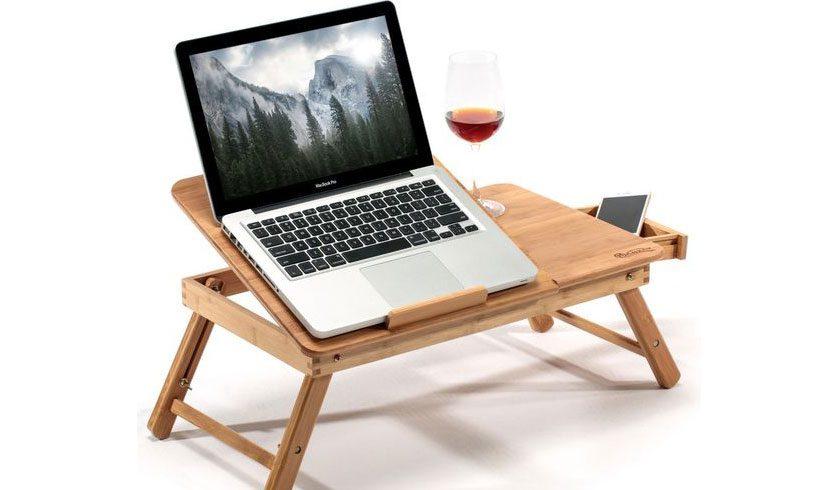 میز نشسته لپ تاپ